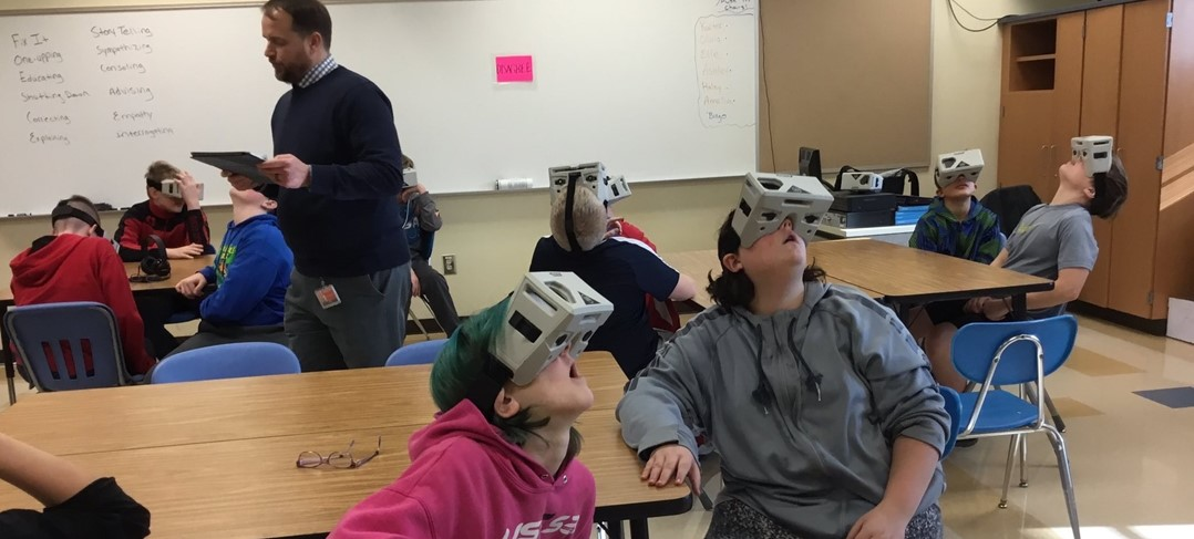 Students experiencing virtual reality